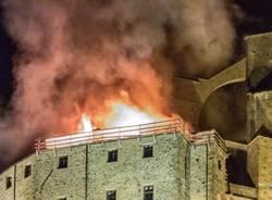 Incendio alla Sacra di San Michele (foto di Roland Crosazzo) dal quotidiano Valsusaoggi