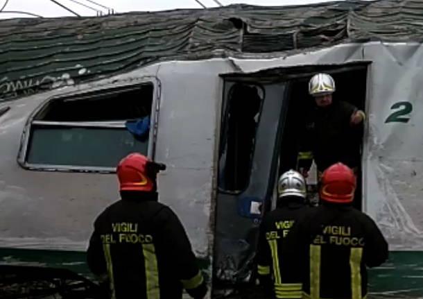 Incidente ferroviario pioltello segrate deragliemento foto grandi
