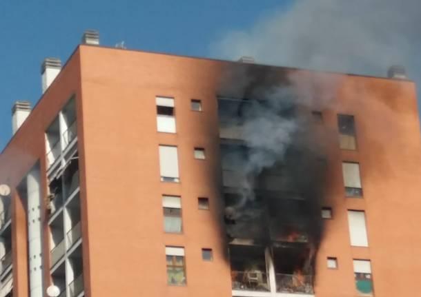 Palazzo in fiamme a Milano: bimbo in fin di vita