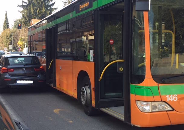 L'incidente con l'autobus in via Caracciolo