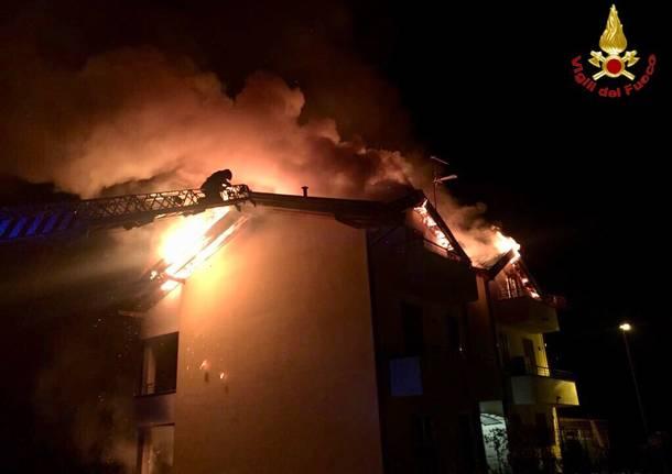 In fiamme il tetto di una palazzina di Leggiuno