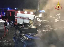 Cinque camion bruciati nella notte a Castiglione Olona