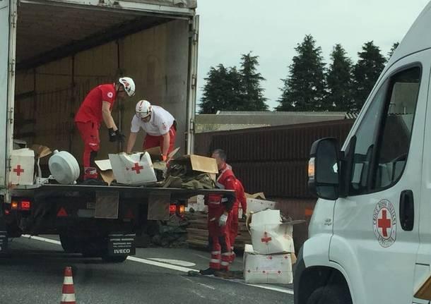 Furgone della Croce Rossa Italiana si ribalta sull'A8 FOTO