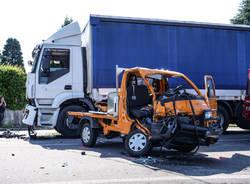Scontro tra un camion e un furgone a Carnago