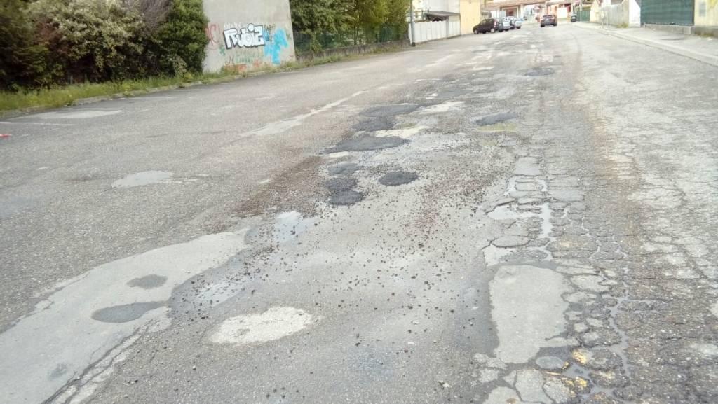 Rappezzate le buche nelle strade vicino alla sucola