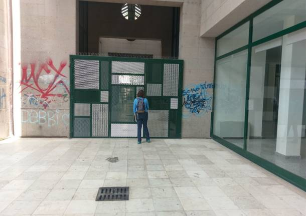 Degrado e schiamazzi: i saronnesi provano a chiudere i portici