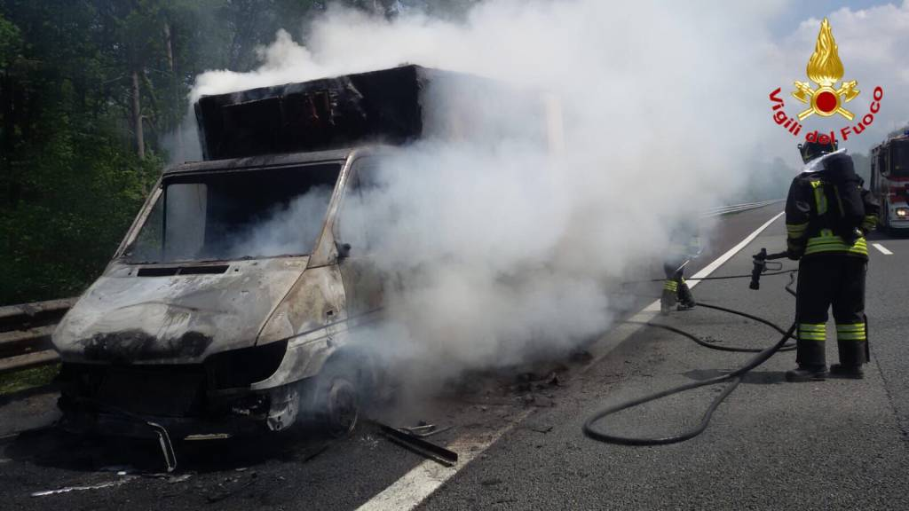 incendio furgone A8 Arsago Seprio