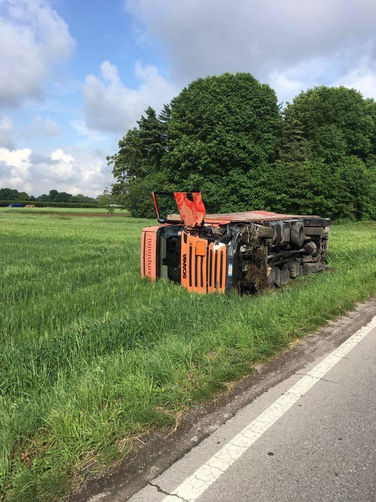 Incidente sulla Varesina, si ribalta un camion carico di sostanze chimiche