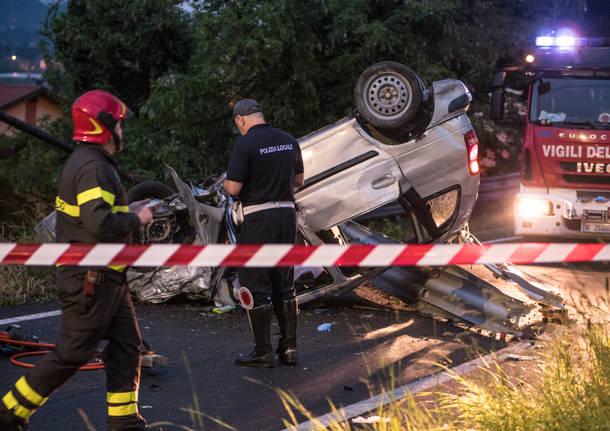 Varese, l'auto carambola per strada: due morti, gravi due passeggeri