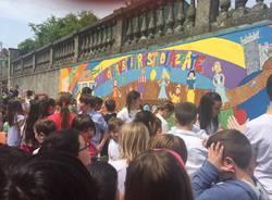 Murales ad Azzate, artisti i bmabini della scuola primaria