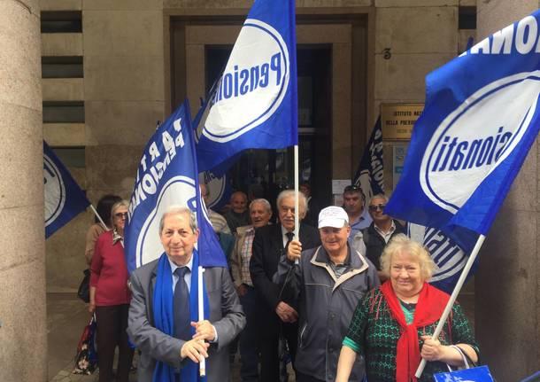 Pensionati in piazza a Varese contro la legge Fornero