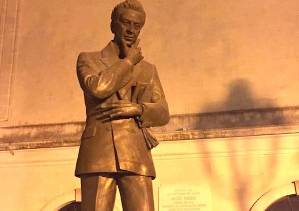 statua monumento aldo moro maglie lecce