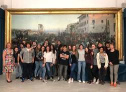 studenti ciceroni davanti a quadro battaglia di varese
