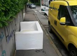 Un divano abbandonato alla Salvemini