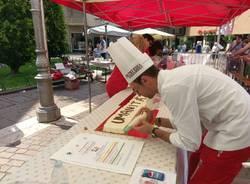 Sette metri di torta in piazza... per aiutare la Croce Rossa