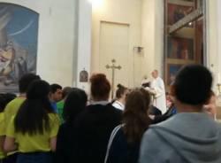 L'arcivescovo Delpini con i ragazzi degli oratori estivi varesini