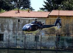 L'elicottero atterra nel campo dell'oratorio
