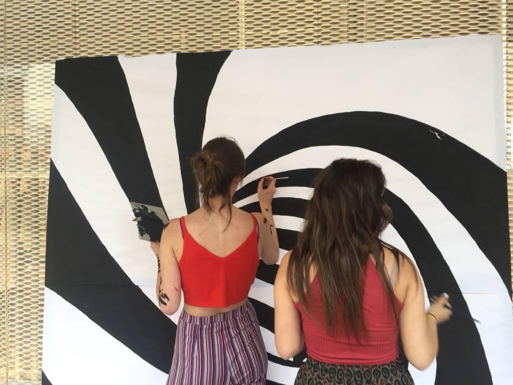 Ultimo giorno di scuola, gli studenti dell'artistico colorano la città