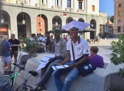 Un presidio solidale in piazza monte grappa