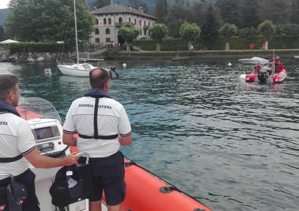 Cade in acqua dalla barca, le ricerche