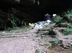 Ancora spazzatura alle cascate di Ferrera