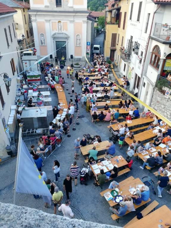 La piazza diventa una pizzeria a cielo aperto