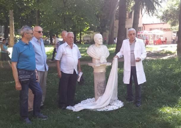 Il Tramway ripulisce il busto di Cecilia Figini benefattrice dell\'ospedale