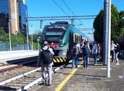 Guasto alla linea ferroviaria, pendolari sui binari