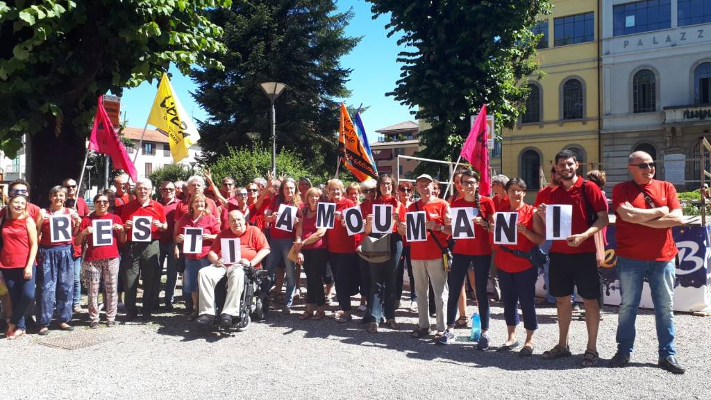 """Oltre 100 """"magliette rosse"""" sotto il Municipio"""