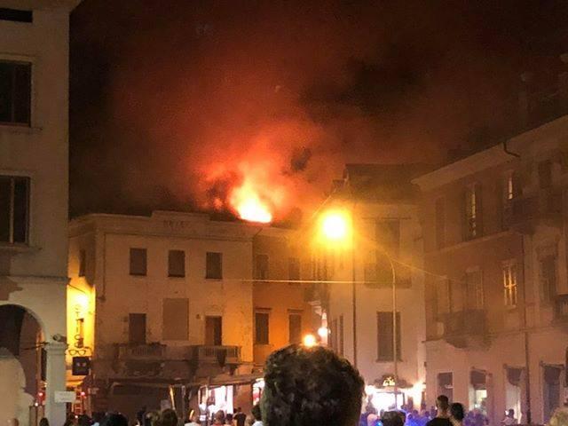 Le fiamme in centro a Luino