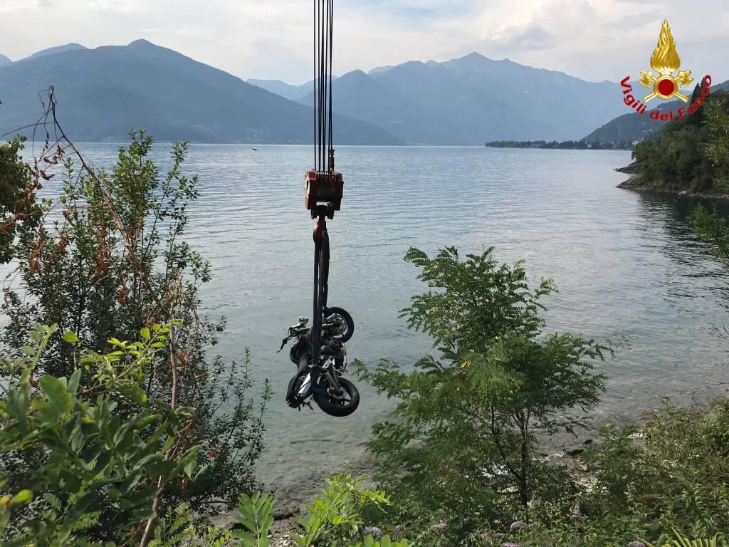 Moto nel lago a Maccagno
