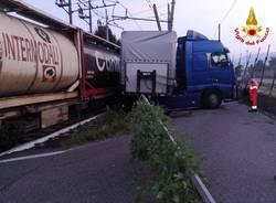 scontro tra un treno e un camion a Ternate