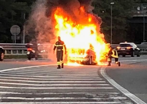 Auto in fiamme al casello di Gallarate