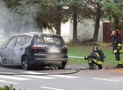Vergiate, brucia un'auto