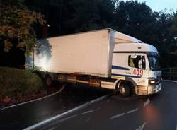 Camion incastrato a Cunardo