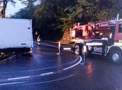 Camion incastrato a Grantola