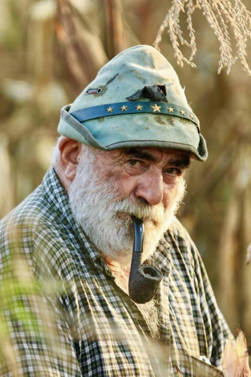 contadino in un campo di granoturco