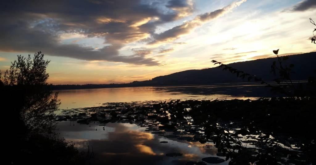 Tramonto sul lago a Varano Borghi