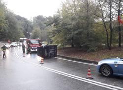 Auto ribaltata tra Sesto Calende e A26