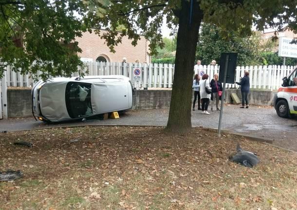 Auto ribaltata sulla recinzione del Cps