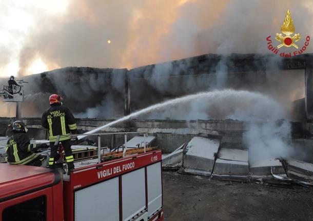 Rifiuti in fiamme a Quarto Oggiaro