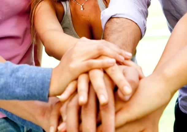 giovani mani solidarietà busto arsizio