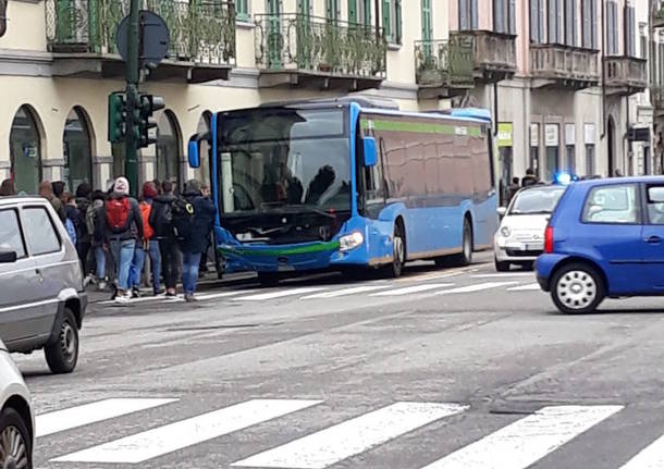L'incidente in via Sacco tra un'auto e un pullman