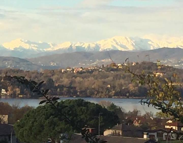 Le montagne innevate viste da Comerio