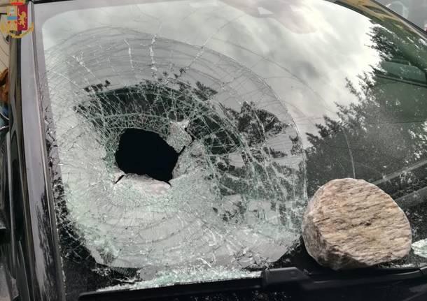 scaglia un sasso contro un vetro