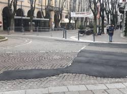 Rattoppi d\'asfalto sui sampietrini in via Carcano