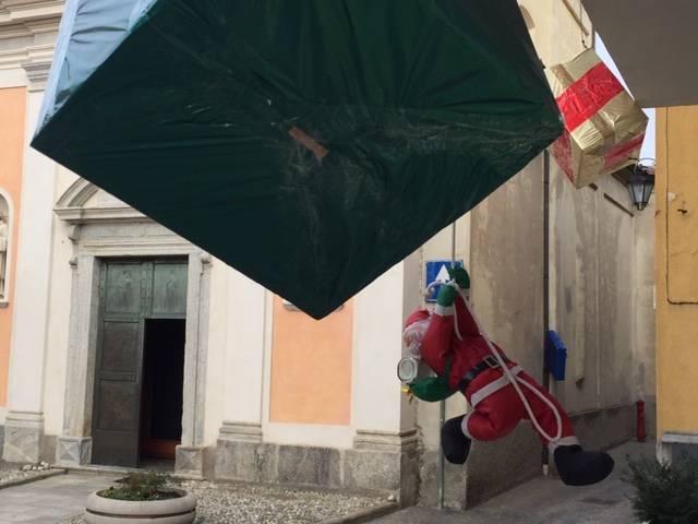 Pacchi regalo appesi al posto delle luci natalizie