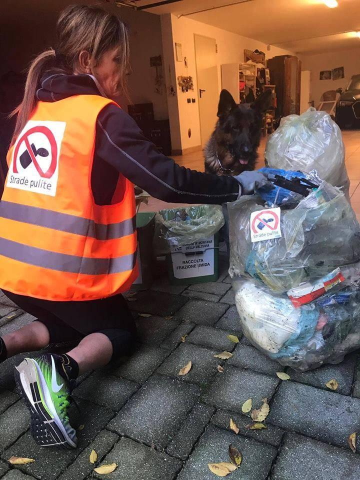 Strada pulita, sacchi riportati a casa