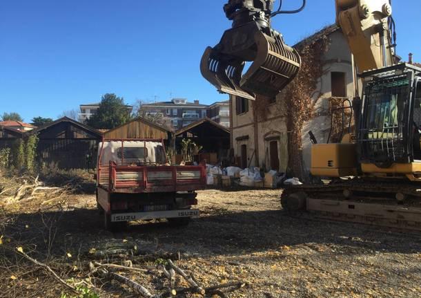 Dopo 40 anni, al via la demolizione della falegnameria di via Carcano