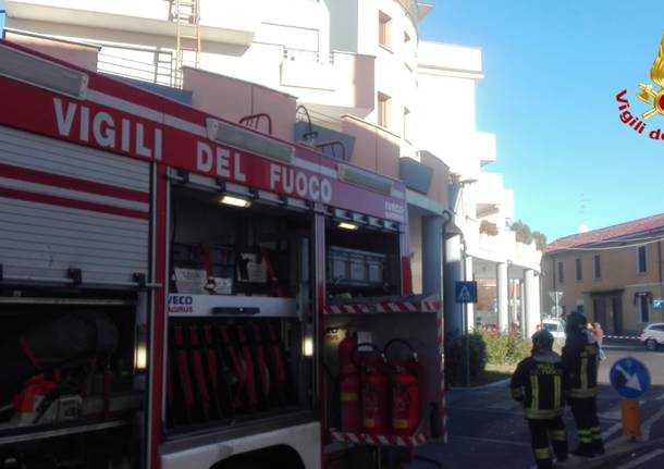 Incendio in un condominio, salvi madre e bimbo